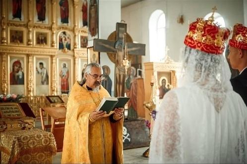 Обряд венчания в Богородице-Казанском храме города Мелеуз. Фото Оксаны Степановой, 2018 год