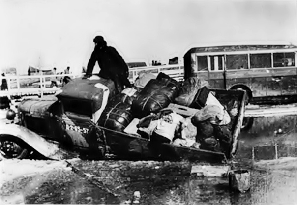 1942 год. СССР. Провалившейся грузовик на «Дороге жизни». На заднем плане виден автобус ЗИС-8.
