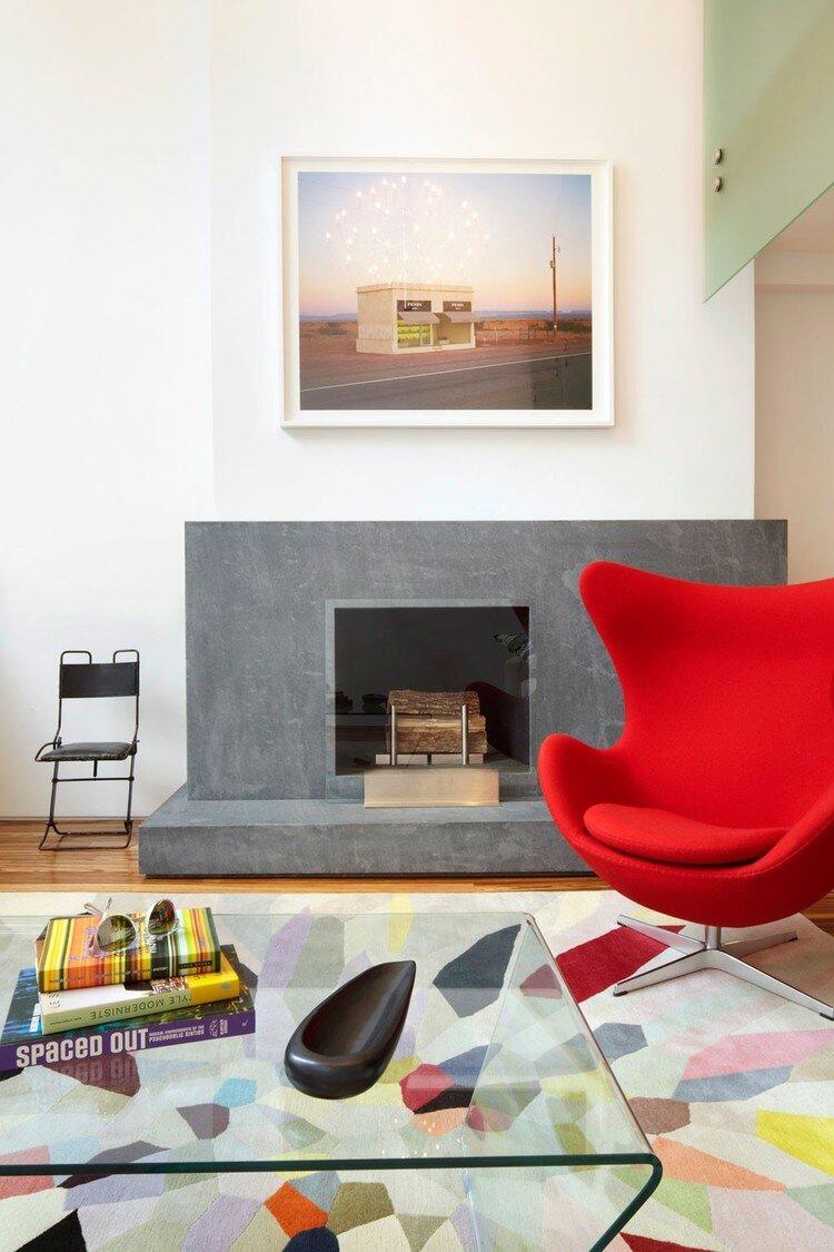 Дизайн двухуровневой квартиры-студии в Нью-Йорке с кухней-гостиной внизу и спальней наверху.