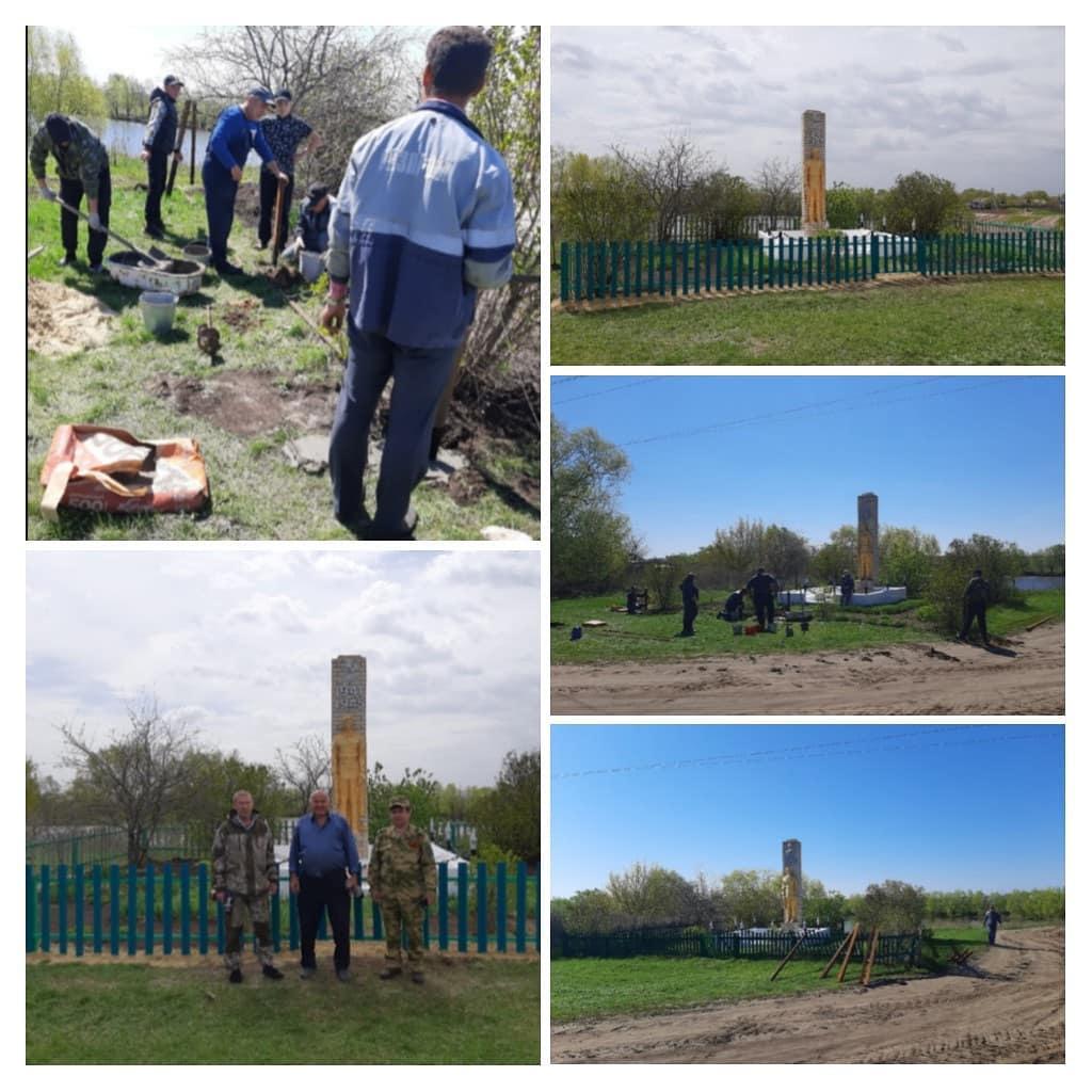 В селе Новая Усть-Уза обновили ограду около памятника участникам Великой Отечественной войны