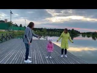 Игорь николаев устроил танцы вместе с женой и трехлетней дочкой