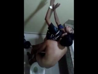 Liseli genci okul tuvaletinde sikiyor