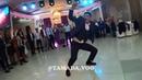 Парень классно танцует на танцполе Танцевальный батл. Дружка круто танцует. танцы на свадьбе