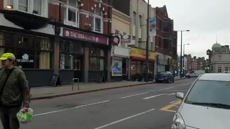 Suivi - Video du lieu de la fusillade pour neutraliser un homme armé d'un couteau dans une rue à Londres via @EJWardNews.mp4