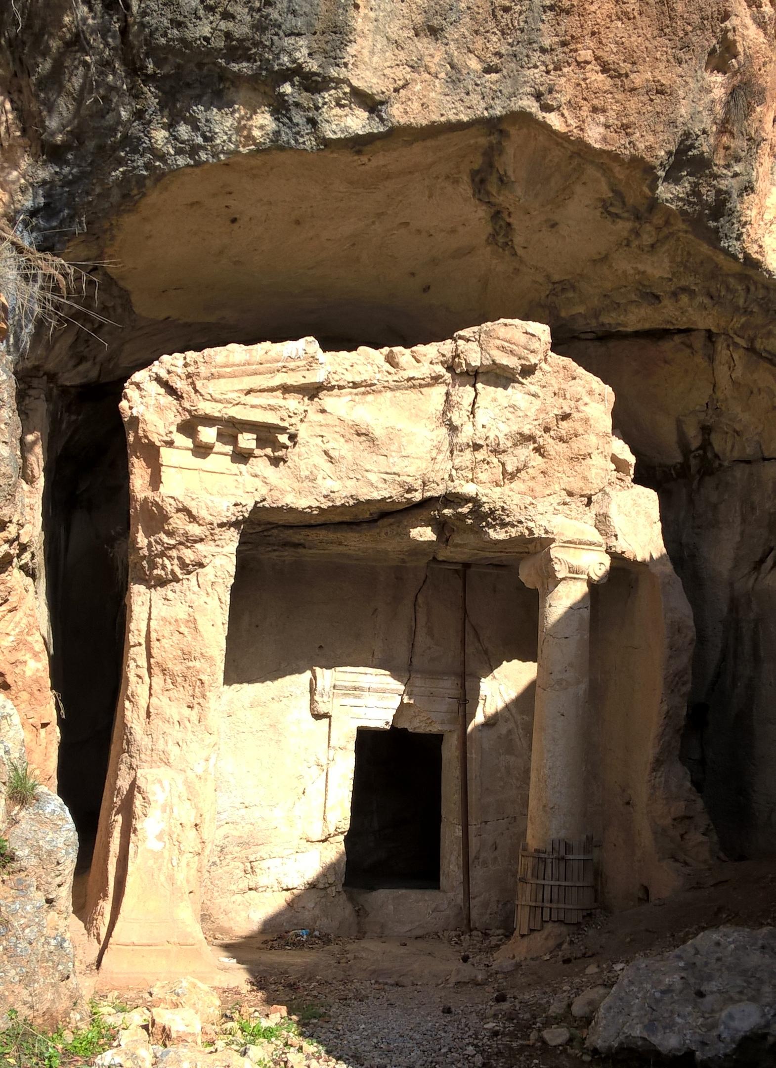 Древняя скальная гробница в Акяка