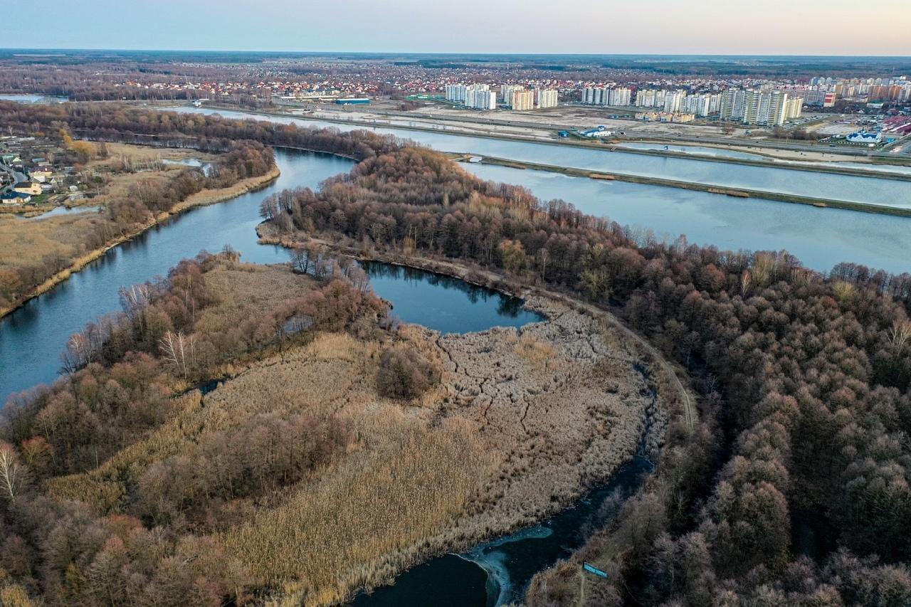 Уголок природы посреди города... Смотрите, как выглядят сверху Гребной, шлюз и окрестности