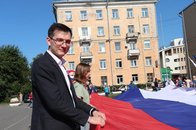 В Архангельске День Государственного флага России отметили развертыванием его копии, изображение №1