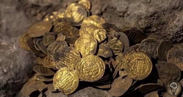 В центре Израиля нашли золотые монеты возрастом 1100 лет Молодые археологи случайно нашли ценные золотые монеты, которые обычно редко встречаются в таких больших количествах.В самом центре