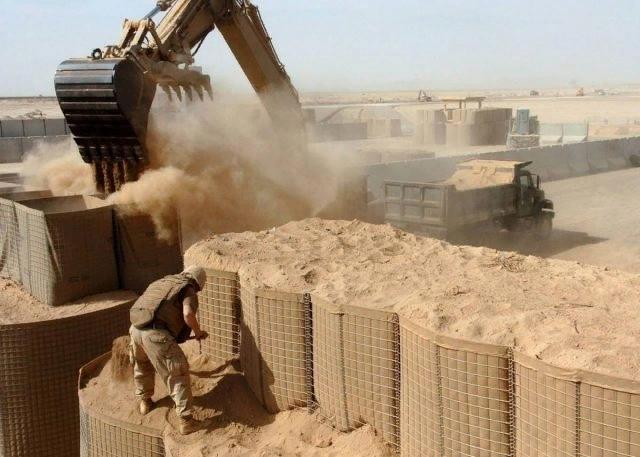 Компания Hesco известна своими защитными барьерами типа MIL. С 2019 года она поставляет не только компоненты для строительства военных лагерей, но также решения «под ключ»