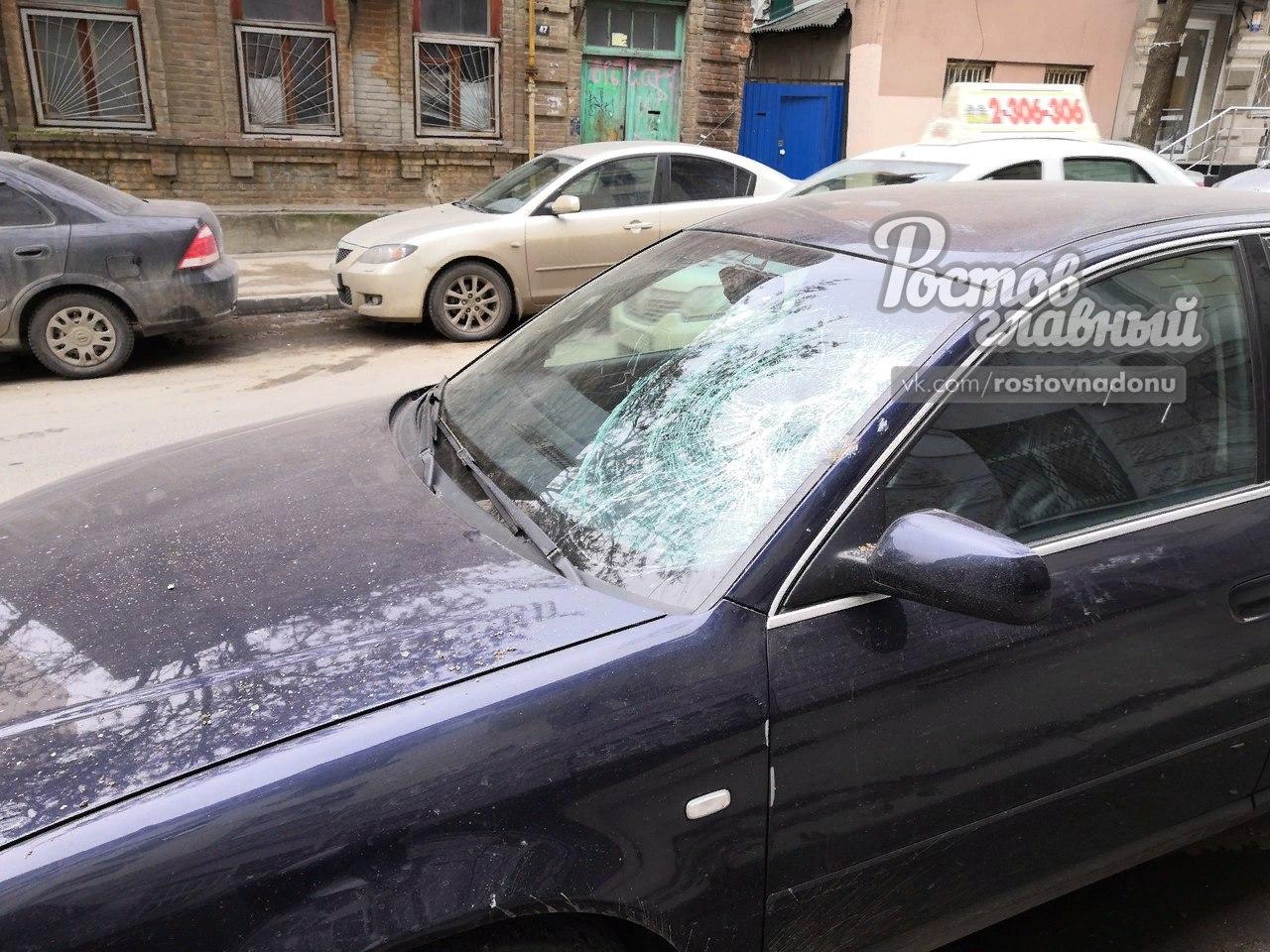В центре Ростова рухнувший кусок фасада здания разбил автомобиль