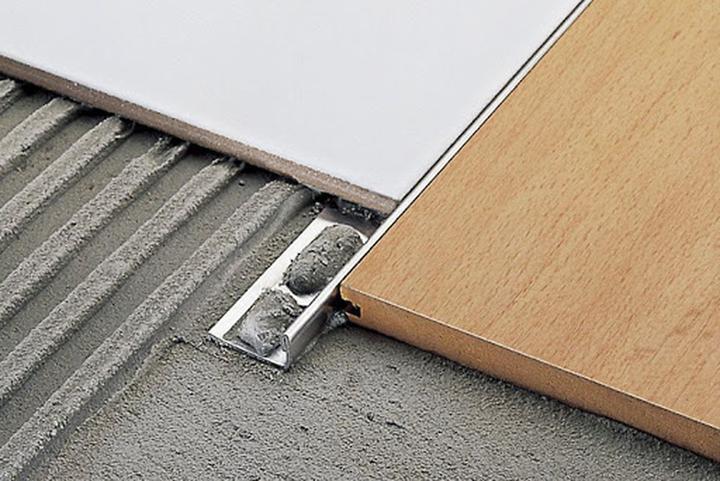 Встретились ламинат и плитка: как состыковать разные материалы на полу без порожка и щелей., изображение №9