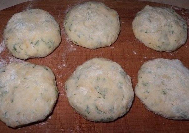 Котлеты из картофеля, сыра и укропа с грибами + соус.