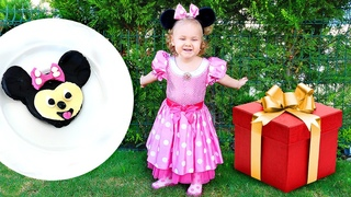 Anne Vlog. Minnie Mouse Derin'e kostüm getiriyor! Kız oyunları ve bebek bakma videosu
