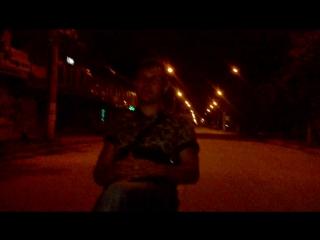Влад ночью на дороге на стуле сидит. Готовимся к съемкам