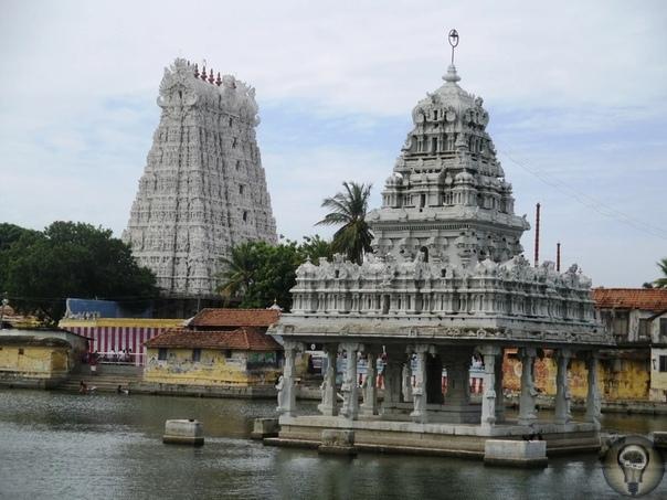 Удивительная статуя в Сучиндраме (Индия) Сучиндрам - это городок в Индии, в штате Тамил-наду. По легендам, в этом месте выполнял очистительные ритуалы бог Индра, и поэтому оно и получило